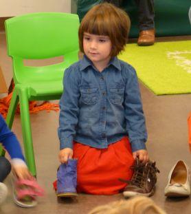 met de schoenen in de kring