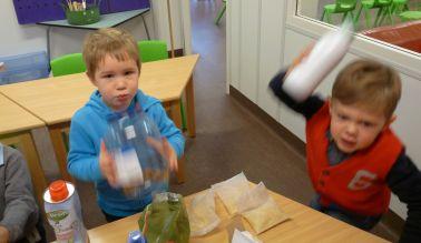kinderen met shakers